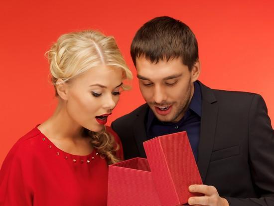 Фото мужчина дарит подарок женщине